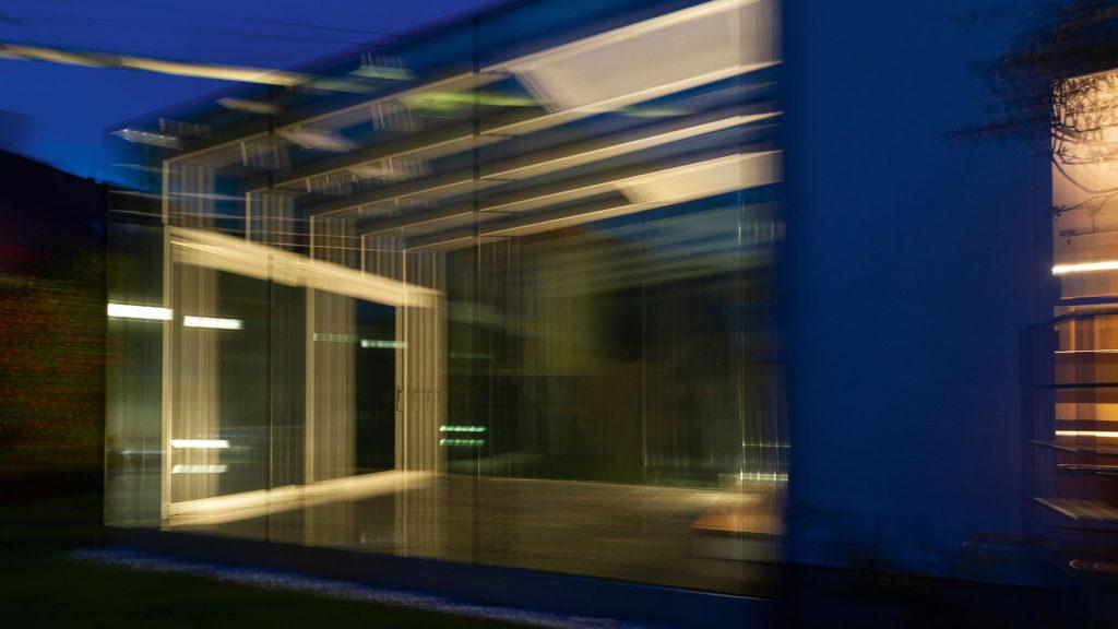 Pavillon aus Glas und Metall